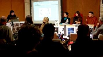 Un momento della presentazione- Lettura brano di Oreste Aniello (Papaveri e Papere) e disegno live di Debora Ferretti. Riprese di Samuele Pierantoni.