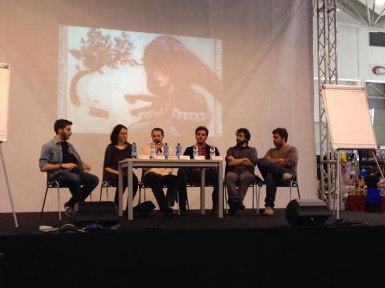 Gli autori e alcuni degli artisti partecipanti sul palco! Sullo sfondo: un disegno di Vittorio Astone.