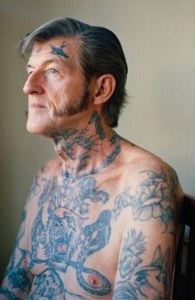 Imagens mostram pessoas idosas com tatuagens