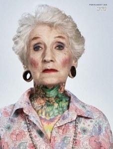 Casal de idosos com tatuagens