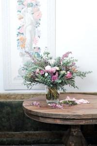 Arreglo floral en jarrón de vidrio