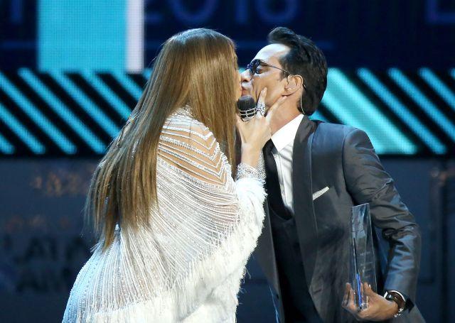 El beso de JLo y Marc Anthony o el desliz de DVicio, en los Grammy Latinos 2016