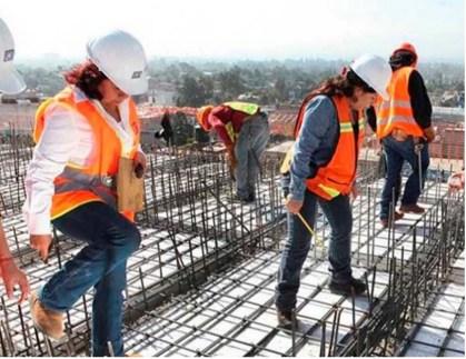 mujeres trabajando en la obra