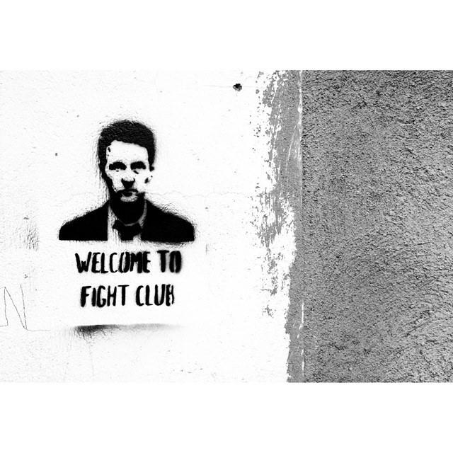 Fight Club (1999), di David Fincher, con Brad Pitt ed Edward Norton, offre una riflessione interessante sulla rabbia.