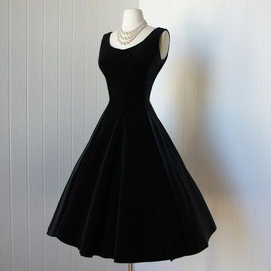 638199656f Per la creazione di questo abito Coco si è ispirata al ricordo delle  uniformi del collegio di Aubazine, che è diventato il simbolo della  silhouette chic ...