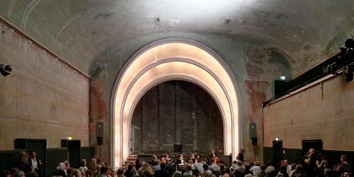 Theater im Deplhi Babylon Berlin location serie tv