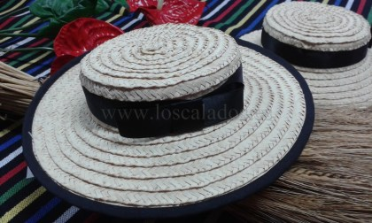 Sombrero artesano de palma trenzada, traje típico Santa Cruz
