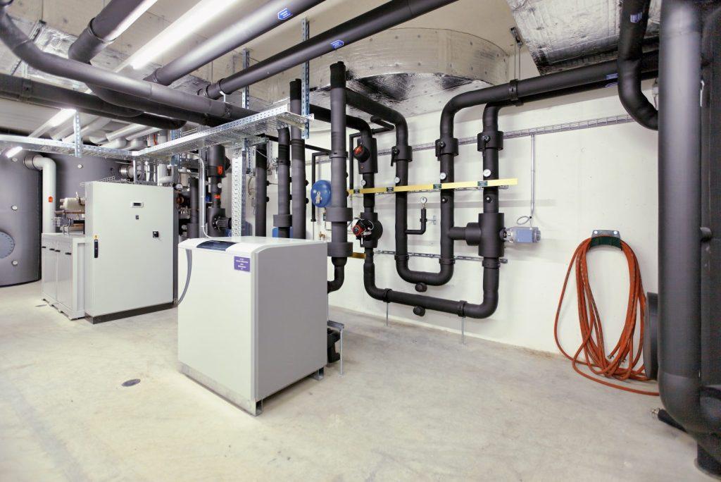 Moderne heizungs und klimaanlage in einem aufgeräumten keller