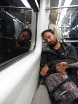 Juny exhausto en el metro del aeropuerto a Atenas. Esa noche no habíamos dormido!