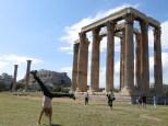 Mónica demostrando sus habilidades acrobáticas ante la mirada del Partenón y el Templo de Zeus