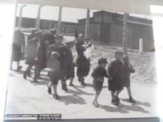 Mujeres y niños de camino a la muerte
