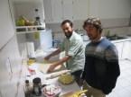 Con André preparando la masa de la pizza y Gonzalo apoyando a tope