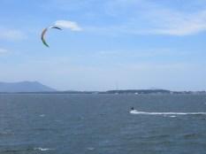 Kitesurfers en acción