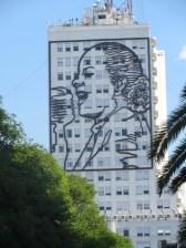 Evita, quien fue mujer de Perón y falleció de cáncer cuando solo tenía 33 años es toda una imagen de fuerza para el pueblo argentino.