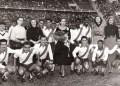 Equipo del Deportivo Municipal con un grupo de reinas en los años 50.