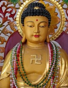En el Budismo sus dioses utilizan el símbolo de la esvástica situada en el centro del pecho.