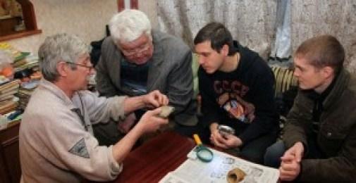 """Los dos pescadores junto a dos de los """"científicos"""" del grupo Kosmopoisk."""