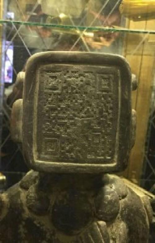 La cabeza en forma de monitor y el código QR en su interior.