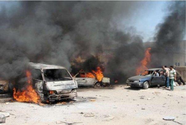 Dei veicoli in fiamme dopo degli attentati suicidi in Iraq