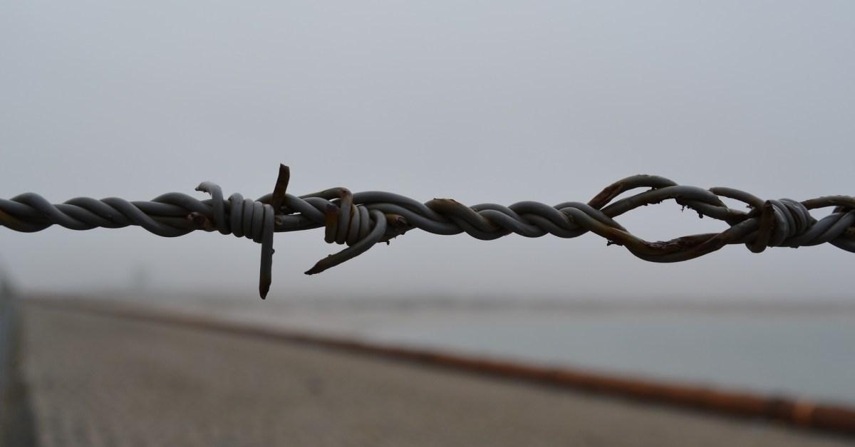 Un muro di filo spinato