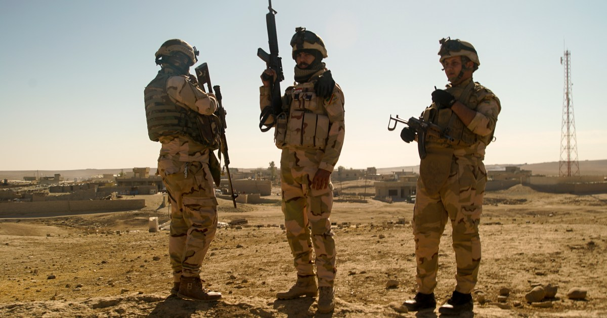 Tre militari pattugliano la zona a sud di Mosul