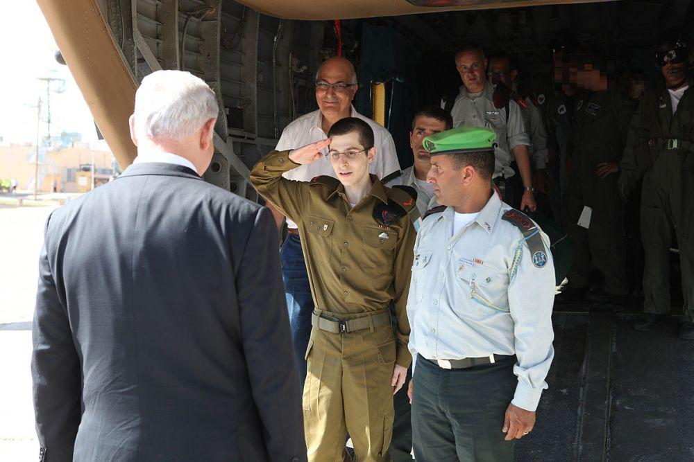 Flickr_-_Israel_Defense_Forces_-_Gilad_Shalit_Salutes_Israel_Prime_Minister_Benjamin_Netanyahu.jpg