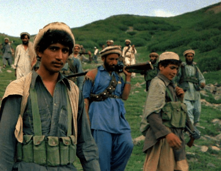 Afghan_Muja_crossing_from_Saohol_Sar_pass_in_Durand_border_region_of_Pakistan,_August_1985.png