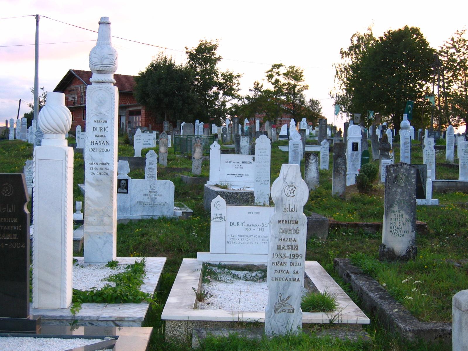 Muslim_cemetery_near_Cazin,_Bosnia-Herzegovina.jpg