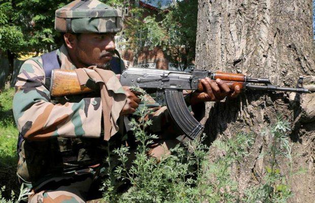 Soldato al confine kashmiro tra India e Pakistan