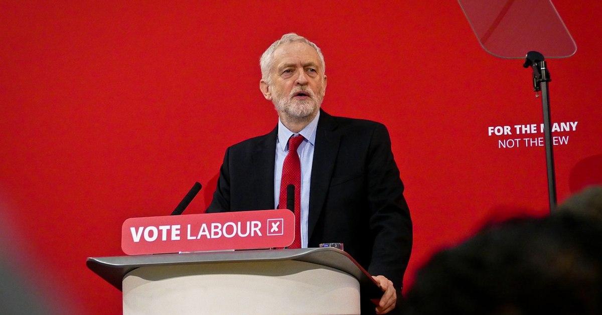 Jeremy Corbyn durante un comizio nell'area di Manchester nel 2018