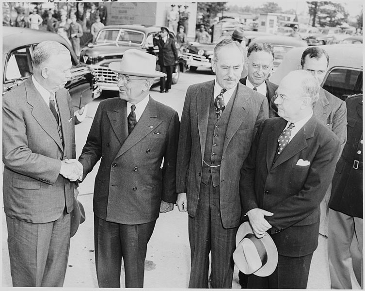 753px-Photograph_of_President_Truman_shaking_hands_with_Secretary_of_Defense_George_C._Marshall_upon_the_President's_return..._-_NARA_-_200237 (1)