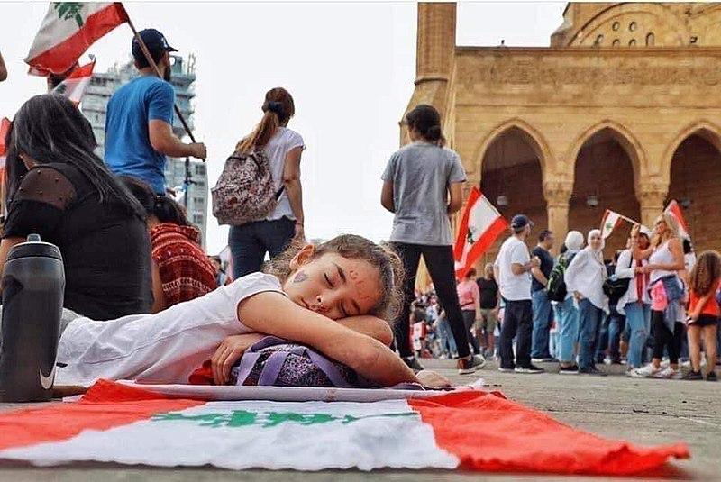 Bambina dorme durante le proteste in Libano