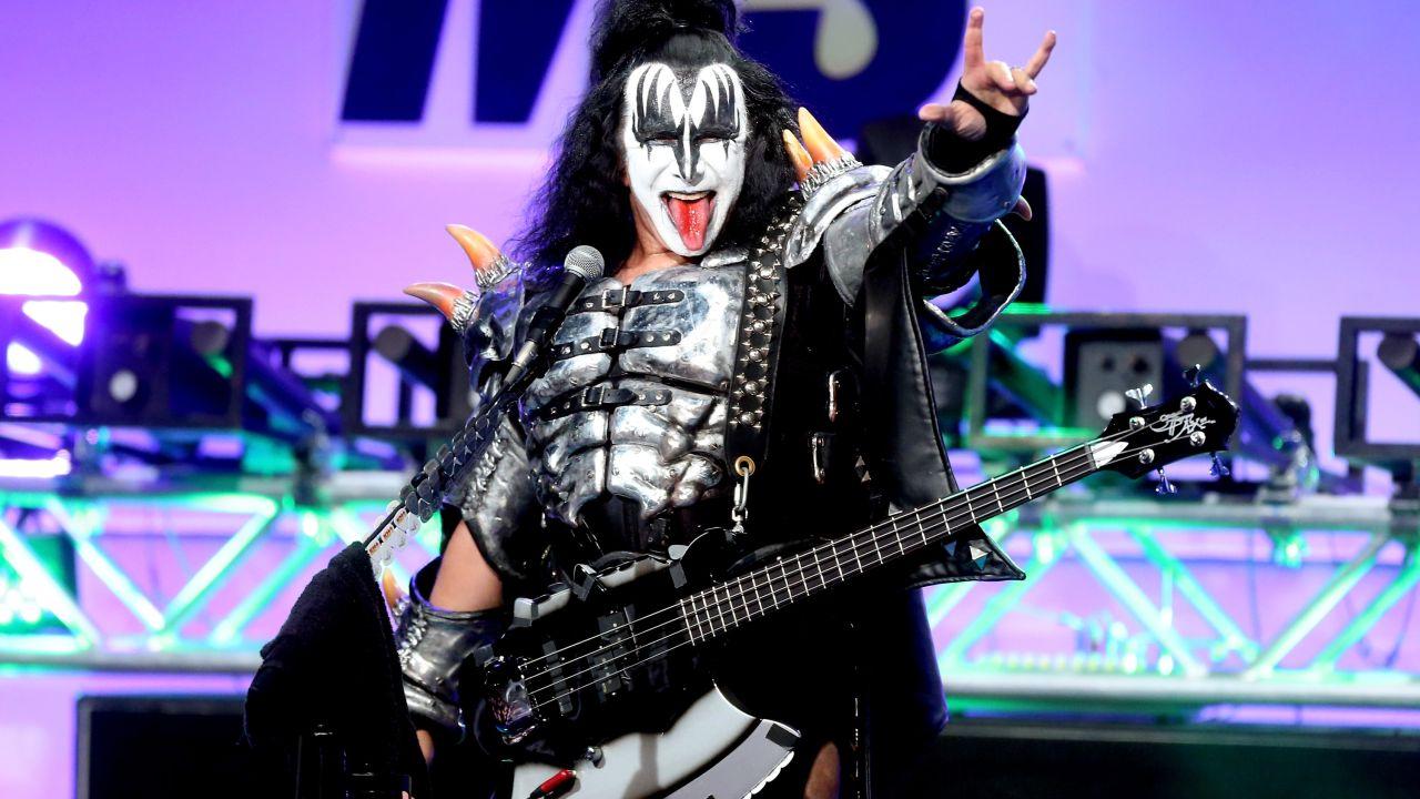 Vocalista de Kiss quiere registrar señal rockera utilizada por una universidad de Texas