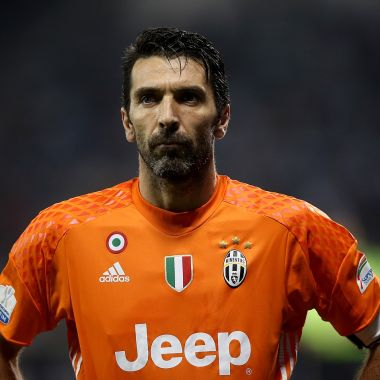 Gianluigi Buffon, recibe, túnel, Freestyler, Lisa Zimouche, dominadas, portero