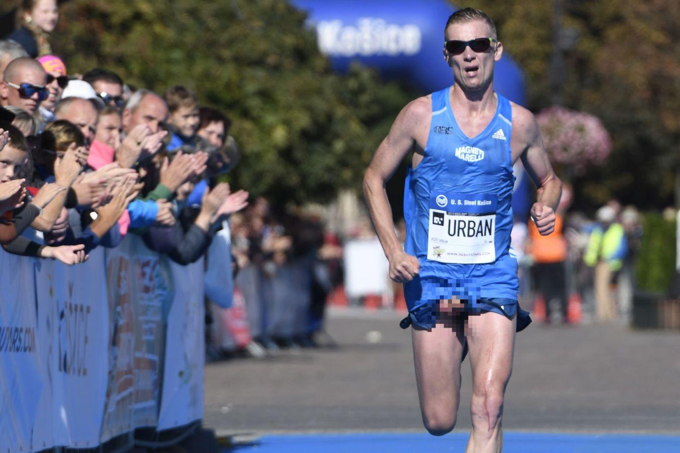 Maratonista video desnudo Eslovaquia Kosice Peace pene al aire