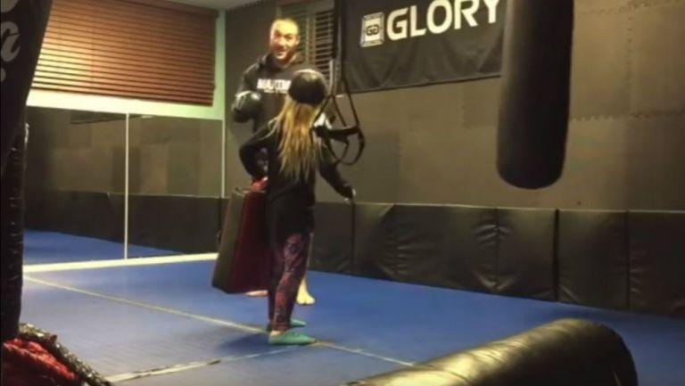 Maximus, MMA, lanza patada, su hija, almohadilla, sale volando, sonríe, luchador, cae bien, seguidores, se molestan