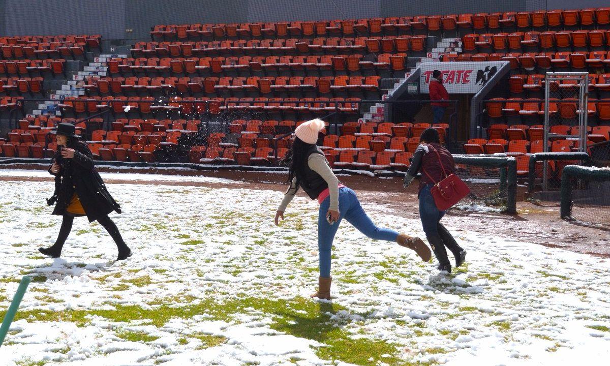 Equipo beisbol, aprovecha nieve, para llamar afición, Torreón, Vaqueros Laguna, LMB, Liga Mexicana beisbol, estadio Revolución, pollo vaquero, afición juegan, fotos