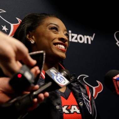 Simone Biles porrista Houston Texans NFL