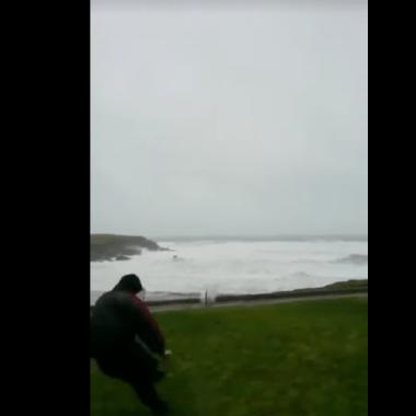 futbolista, patea balón, mar, regresa, Eana O'Connor, Irlanda, Huracán Eleanor, reta naturaleza, efecto boomerang