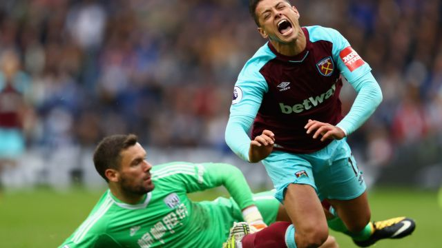 West Ham Chicharito Hitler Pancarta Protesta Premier League