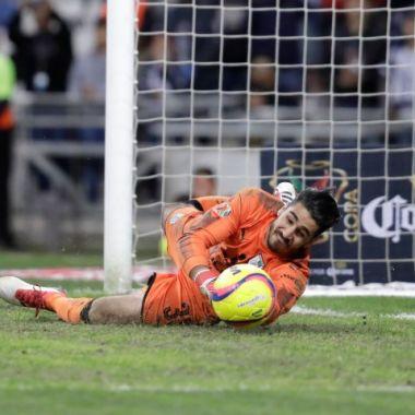 Jugador de Querétaro se arrastra durante una entrevista [Video]