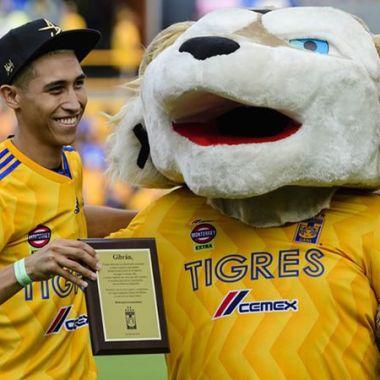 Tigres reconoció a aficionado que salvó a niños de un incendio