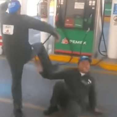 Despachadores de gasolina se convierten en luchadores profesionales