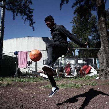 Joven de la Caravana Migrante sueña con ser futbolista en México [Video]