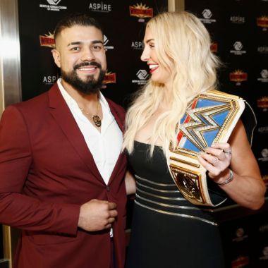 05/04/2019. Andrade Luchador WWE Suspensión Los Pleyers, Andrade con Charlotte Flair.