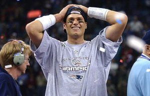 20/01/2020. Tom Brady Super Bowl XXXVI Los Pleyers, Brady con los brazos en la cabeza.