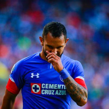 29/08/ 2018. Walter Montoya, que aún pertenece al Cruz Azul, cargó con todo contra Ricardo Peláez y Pedro Caixinha