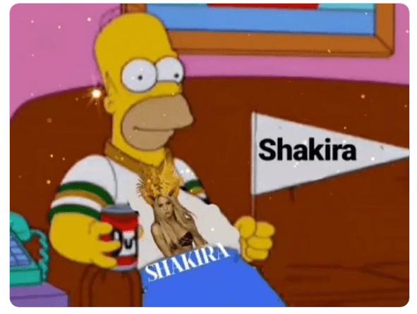 02/02/2020. 49ers Chiefs Super Bowl Memes Los Pleyers, Homero con una playera de Shakira.