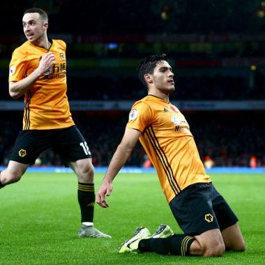 02/11/2019. Raúl Jiménez Manchester United Wolves Precio Los Pleyers, Raúl Jiménez y Diogo Jota celebran un gol.