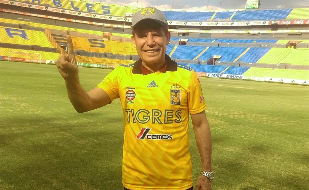 29/04/2020. Julio César Chávez Futbolista Box Carrera Los Pleyers, El César del boxeo posa con la playera de Tigres.